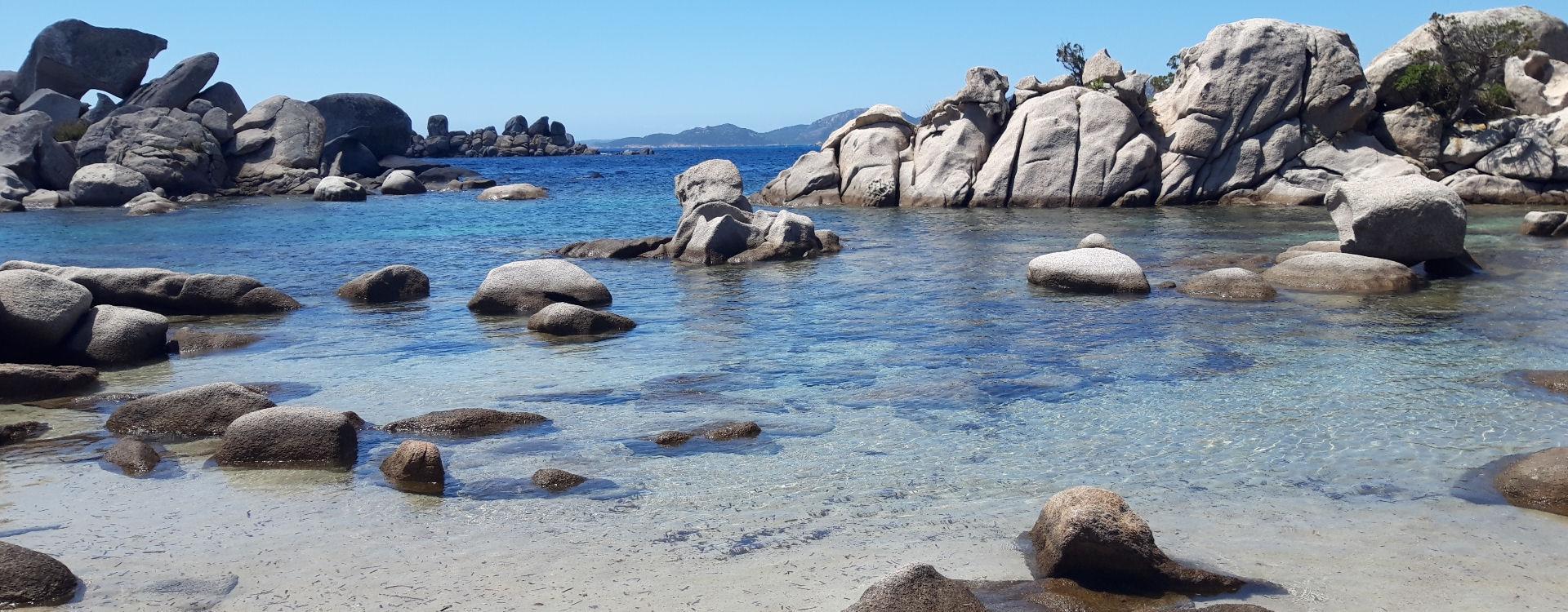 mer-translucide-rochers